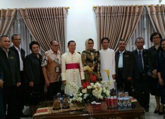 Gambar bersama Uskup dan Walikota Kotamobagu